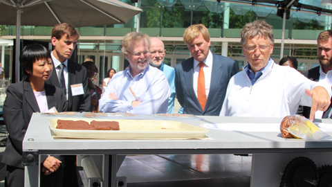 Professor Yu-Ling Cheng, Professor Mark Kortschot, Nathan Myhrvold, the Prince of Orange and Bill Gates