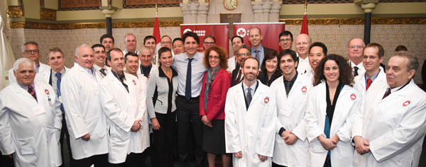 Prime Minister Justin Trudeau and Minister of Science and Innovation Kirsty Duncan meet with recipient of the 2016 NSERC top researcher awards, February 16, 2016. (Photo: NSERC)