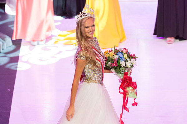 Lauren Howe (IndE 1T6) is crowned the winner of the Miss Universe Canada pageant for 2017 . The U of T Engineering alumna plans to use her platform to advocate for women and girls in STEM. (Credit: Allumski Media)