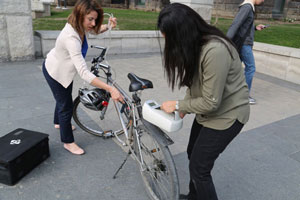 Hatzopoulou and Anowar outfit a bicycle with equipment to detect the concentration of pollutant particles in the nearby air. (Photo: Tyler Irving)