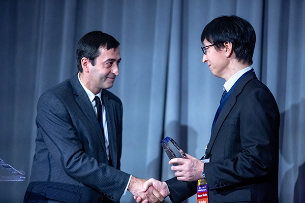 Professor Ramin Farnood (ChemE, left) presents the Corporate Research Partner Award to Fujitsu Laboratories Fellow Dr. Hirotaka Tamura. (Photo: Paul Terefenko)